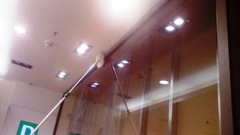 Die Reinigung und das Putzen von Fenstern, Auslagen, die Aufkleberbeseitigung, die Höhenreinigung