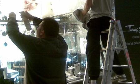 Die Reinigung und das Putzen von Fenstern und Auslagen auch in Höhen, die Beseitigung der Aktionenaufkleber.
